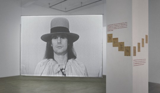 Jef Cornelis, James Lee Byars: World Question Center, 1969; Joseph Kosuth, The Second Investigation, Class VIII: Affections, IV, Religion A–H, 1969 © Neuer Berliner Kunstverein / Jens Ziehe
